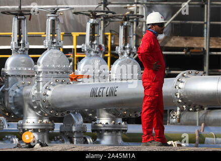 Abqaiq, Saudi Arabia. 12th Oct, 2019. EASTERN PROVINCE, SAUDI ARABIA - OCTOBER 12, 2019: A worker at an oil processing facility of Saudi Aramco, a Saudi Arabian state-owned oil and gas company, at the Abqaiq oil field. On 14 September 2019, two of the major Saudi oil facilities, Abqaiq and Khurais, suffered massive attacks of explosive-laden drones and cruise missiles; the Houthi movement, also known as Ansar Allah, claimed responsibility for the attacks. Stanislav Krasilnikov/TASS Credit: ITAR-TASS News Agency/Alamy Live News - Stock Photo