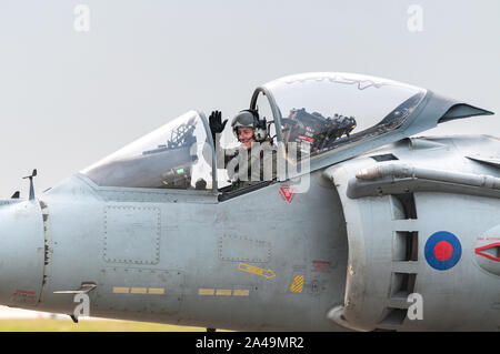 RAF Harrier GR9 taxiing on runway with pilot waving after final flight on 15th December 2010, RAF Cottesmore - Stock Photo