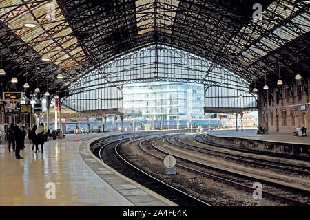 A view of the railway tracks and passengers waiting on platform inside Bristol Temple Meads station in the city of Bristol England UK  KATHY DEWITT - Stock Photo