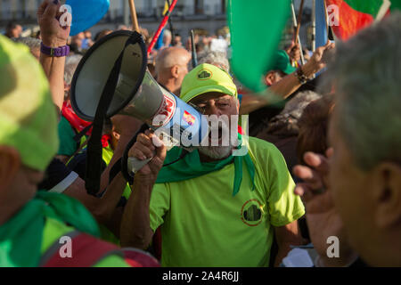 Madrid, Spain. 15th Oct, 2019. A pensioner sings through a megaphone at the Puerta del Sol in Madrid (Photo by Fer Capdepón/Pacific Press) Credit: Pacific Press Agency/Alamy Live News - Stock Photo