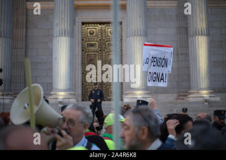 Madrid, Spain. 15th Oct, 2019. A banner of 'Just Pensions' at the gates of the Congress of Deputies in Madrid (Photo by Fer Capdepón/Pacific Press) Credit: Pacific Press Agency/Alamy Live News - Stock Photo