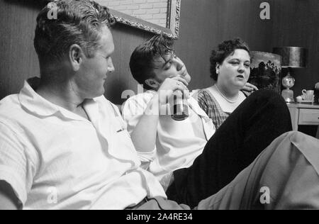 Elvis Presley with his father, Vernon, and his mother Gladys Presley, in the living room at 1034 Audubon Drive, Memphis, Tennessee, May 29, 1956 - Stock Photo