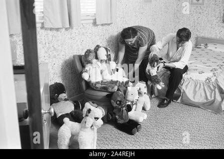 Elvis Presley with his mother Gladys at home, with teddy bears, at 1034 Audubon Drive, Memphis, Tennessee, May 29, 1956 - Stock Photo