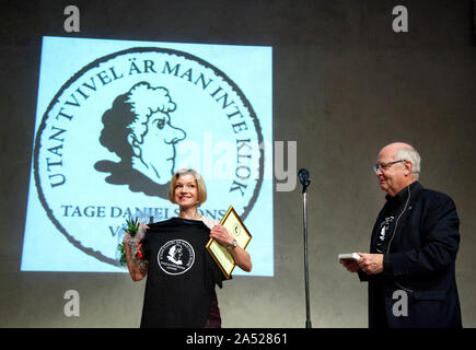Tage Danielsson's friends gave award to actor Cecilia Frode.Picture Jeppe Gustafsson - Stock Photo