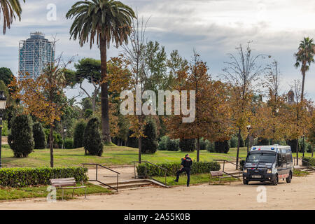 Barcelona, Spain - October 18, 2019: Catalan police forbidding the entrance to Ciutadella Park and Catalan Parliament during the day of general strike in Catalonia against the judicial sentence for the catalan leaders that promoted the independence referendum Credit: Dino Geromella/Alamy Live News - Stock Photo