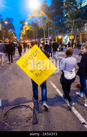 Barcelona, Spain. 18th Oct, 2019. Protesters after finishing the central act of the general strike on October 18. Fifth day of protest in Barcelona, after hearing the ruling of the Supreme Court and for the freedom of the independence leaders who are in prison. (Photo by Francisco José Pelay/Pacific Press) Credit: Pacific Press Agency/Alamy Live News - Stock Photo