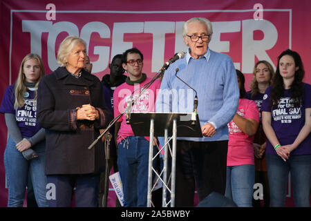 London, UK, 19 Oct 2019. Michael Heseltine, the Lord Heseltine, speaks to roaring applause from the crowd. Politicians take to the main stage on Parliament Square where thousands have assembled as part of the People's Vote March. The stage is outside the Houses of Parliament where MPs were discussing Brexit. Credit: Imageplotter/Alamy Live News - Stock Photo