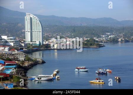 Blick auf Manado in Nordsulawesi - Tauchboote an der Anlegestelle vor der morgendlichen Ausfahrt Sulawesi,Indonesien - Stock Photo