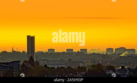 Glasgow, Scotland, UK 21st October, 2019. UK Weather: Glorious start as the dawn met open sky with the promise of  fine Indian summer weather made an appearance after a cold night early morning mist and ground frost over the west end. Gerard Ferry/ Alamy Live News - Stock Photo