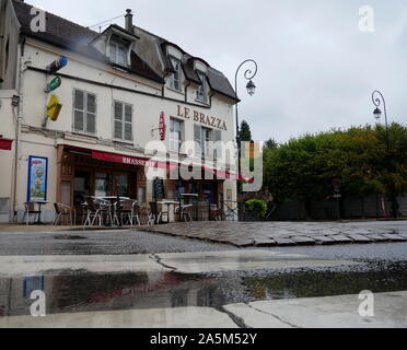 AJAXNETPHOTO. 2019. PORT MARLY, FRANCE. - CAFE FAMED BY ART - CAFE LE BRAZZA CLOSE TO THE RIVER SEINE, MADE FAMOUS BY THE IMPRESSIONIST ARTIST ALFRED SISLEY IN HIS 1876 PAINTING 'L'INONDATION A PORT MARLY'.PHOTO:JONATHAN EASTLAND REF:GX8_192609_569 - Stock Photo