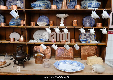 A nineteenth century kitchen welsh dresser complete with willow pattern plates - John Gollop - Stock Photo