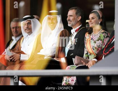 Tokyo, Japan. 22nd Oct, 2019. Tokyo (Japan), 22/10/2019.- Spain's King Felipe VI (2-R) and Queen Letizia (R), along with Emir of Qatar Tamim bin Hamad Al Thani (3-R), attend the enthronement ceremony of Japan's Emperor Naruhito proclaiming his enthronement at the Imperial Palace in Tokyo, Japan, 22 October 2019. Naruhito ascended the throne on 01 May 2019 after his father Emperor Emeritus Akihito abdicated on 30 April 2019. (Japón, España, Tokio, Catar) Credit: EPA/KIMIMASA MAYAMA/POOL/EFE/Alamy Live News - Stock Photo