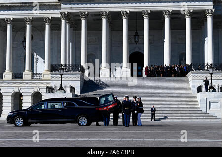 Washington, United States Of America. 24th Oct, 2019. The remains of the late Rep. Elijah Cummings arrives at the U.S Capitol in Washington, DC to lie in state in Statuary Hall, Oct. 24, 2019. Credit: Chad McNeeley/CNP | usage worldwide Credit: dpa/Alamy Live News - Stock Photo