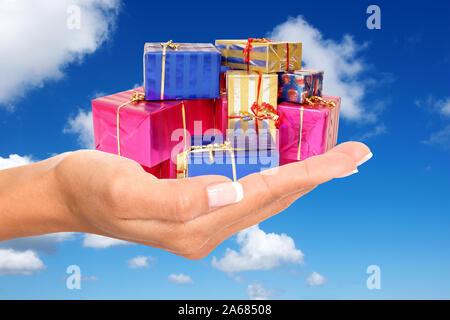 Hand mit Geschenke, Pakete, Päckchen, Weihnachtsgeschenke, Weihnachten, bunt eingepackte,