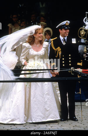 Wedding of Prince Andrew and Sarah Ferguson July 1986. Prince Andrew together with his bride Sarah Ferguson smle at the crowd outside Westminster Abbey. - Stock Photo