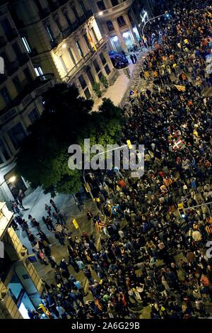 Barcelona, Spain. 26th Oct, 2019. Thousands attend a protest in Barcelona, Spain, 26 October 2019. Catalonia region in Spain is witnessing massive demonstrations and riots against the Supreme Court ruling of prison terms against the Catalan political leaders accused of organizing the Catalan illegal referendum held in October 2017.EFE/ALEJANDRO GARCIA Credit: EFE News Agency/Alamy Live News - Stock Photo