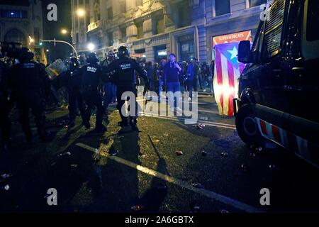 Barcelona, Spain. 26th Oct, 2019. Protesters clash with riot police members during a protest in Barcelona, Spain, 26 October 2019. Catalonia region in Spain is witnessing massive demonstrations and riots against the Supreme Court ruling of prison terms against the Catalan political leaders accused of organizing the Catalan illegal referendum held in October 2017. EFE/ALEJANDRO GARCIA Credit: EFE News Agency/Alamy Live News - Stock Photo