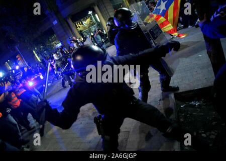 Barcelona, Spain. 26th Oct, 2019. Barcelona, Catalunya, Spain, 10/26/2019.- Police charge against protesters in the streets of Barcelona after the demonstration called freedom.Credit: Juan Carlos Rojas/Picture Alliance | usage worldwide/dpa/Alamy Live News - Stock Photo