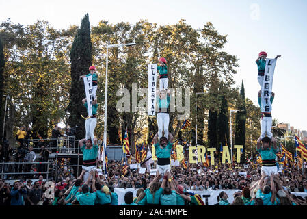 Barcelona, Spain. 26th Oct, 2019. The castellers of the Vila de Gràcia act in solidarity with the political prisoners of Catalonia during the demonstration.Several independent associations have convened in Barcelona a demonstration for the freedom of political prisoners in which 350000 people participated. Credit: SOPA Images Limited/Alamy Live News - Stock Photo
