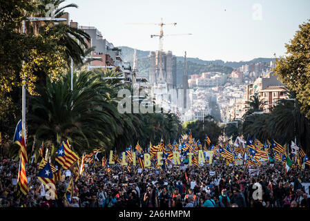 Barcelona, Spain. 26th Oct, 2019. Protesters hold placards with the words freedom and independence flags during the demonstration.Several independent associations have convened in Barcelona a demonstration for the freedom of political prisoners in which 350000 people participated. Credit: SOPA Images Limited/Alamy Live News - Stock Photo
