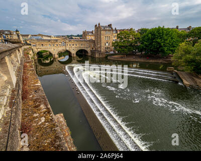 Pulteney Bridge crossing the River Avon in Bath, England. Completed by 1774,  Designed by Robert Adam in a Palladian style, it has shops built across - Stock Photo
