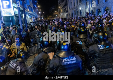 Barcelona, Spain. 26th Oct, 2019. Catalan pro-independence demonstrators rally near the headquarters of the Spanish National Police force in Barcelona, Spain, on Oct. 26, 2019. Credit: Joan Gosa/Xinhua/Alamy Live News - Stock Photo