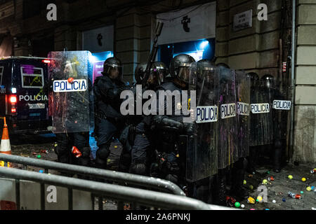 Barcelona, Spain. 26th Oct, 2019. Policemen stand in line to push back protesters near the headquarters of the Spanish National Police force in Barcelona, Spain, on Oct. 26, 2019. Credit: Joan Gosa/Xinhua/Alamy Live News - Stock Photo