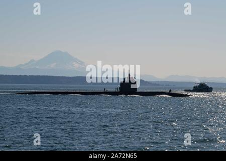 191029-N-AD499-1105 BREMERTON Wash. (Oct. 29, 2019) The Los Angeles-class fast-attack submarine USS Olympia (SSN 717) transits the Puget Sound, arriving in to Bremerton, Washington, and is scheduled to begin the inactivation and decommissioning process at Puget Sound Naval Shipyard. The 35-year-old Olympia commissioned on November 17, 1984. (U.S. Navy photo by Mass Communication Specialist 3rd Class Victoria Foley) - Stock Photo