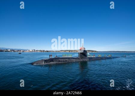 191029-N-AD499-1170 BREMERTON Wash. (Oct. 29, 2019) Los Angeles-class fast-attack submarine USS Olympia (SSN 717), transits the Puget Sound, arriving in Bremerton, Washington, and is scheduled to begin the inactivation and decommissioning process at Puget Sound Naval Shipyard. The 35-year-old Olympia, commissioned on November 17, 1984. (U.S. Navy photo by Mass Communication Specialist 3rd Class Victoria Foley) - Stock Photo