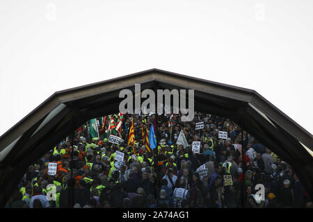 Madrid, Spain. 15th Oct, 2019. Protesters holding placards during the demonstration.Thousands of people gathered at Puerta del Sol to protest against precariousness and low pensions for elder people. Marches from Bilbao (northern Spain) and Rota (southern Spain) met at the country's capital to protest in front of Spanish Parliament. Credit: Guillermo Santos/SOPA Images/ZUMA Wire/Alamy Live News - Stock Photo