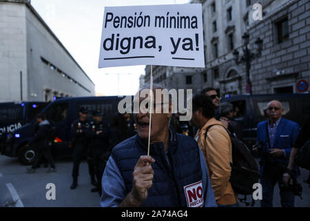 Madrid, Spain. 15th Oct, 2019. An old man holds a placard during the demonstration.Thousands of people gathered at Puerta del Sol to protest against precariousness and low pensions for elder people. Marches from Bilbao (northern Spain) and Rota (southern Spain) met at the country's capital to protest in front of Spanish Parliament. Credit: Guillermo Santos/SOPA Images/ZUMA Wire/Alamy Live News - Stock Photo