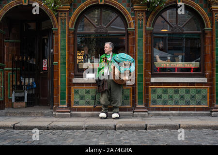 A street entertainer taking a break in Temple Bar, Dublin city, Ireland. - Stock Photo