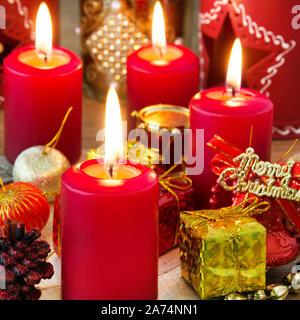 Weihnachten rote Kerzen mit Kerzenlicht und dekoration - Stock Photo