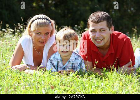 Junges Paar im Park, Familie, Kind, 30, 35, 5, Jahre, MR:Yes - Stock Photo