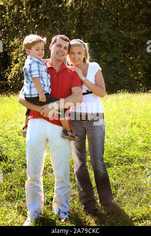 Junges Paar mit Kind im Park, Junge, 5, Jahre,   Freunde, 30, 35, Jahre, MR:Yes - Stock Photo