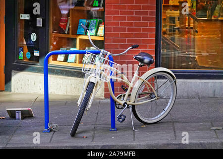 A bicycle ridden to work by a business employee in downtown Portland, Oregon - Stock Photo