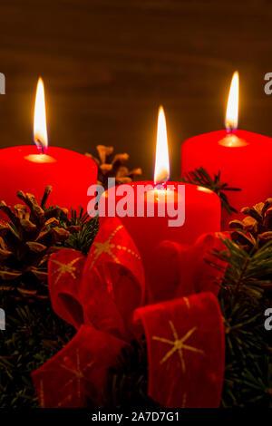 Ein Adventskranz zu Weihnachten sorgt für romatinsche Stimmung in der stillen Advent Zeit. 3 brennende Kerzen, 3. Advent, - Stock Photo