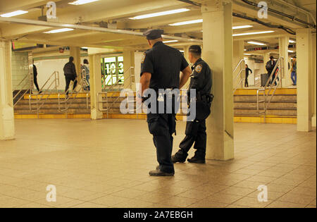 NYPD officer at 42nd Street subway station, New York. - Stock Photo