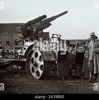 Premiere Guerre Mondiale, un soldat francais pose a cote d'un canon anti aerien.  Photographie, 1914-1918, Paris. - Stock Photo