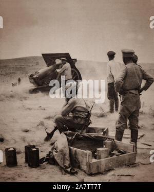 British and Armenian Artillerymen defend the Baku Oil fields in  Azerbaijan  using a 6 inch howitzer captured from the Russian Army. The Howitzer is a type of artillery piece characterized by a short barrel and the use of small propellant charges to propel projectiles over high trajectories, with a steep angle of descent. - Stock Photo