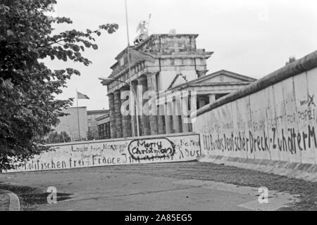 Weihnachtswünsche aufgesprüht auf die Mauer in Berlin am Brandenburger Tor, Deutschland 1984. Season's greetings sprayed on the Berlin wall near Brandenburg gate, Germany 1984.