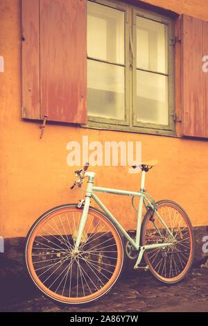 Fahrrad vor einem alten Haus in Kopenhagen im Stadtteil Østervold | Bicycle in front of an old house in Copenhagen in the district Østervold | [ © Gui - Stock Photo