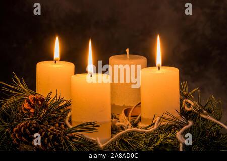 Ein Adventskranz zu Weihnachten sorgt für romatinsche Stimmung in der stillen Advent Zeit, 3. Advent, drei brennende Kerzen, - Stock Photo