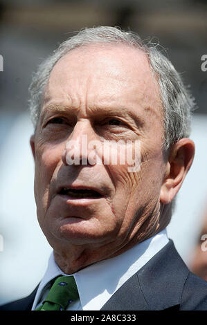 Manhattan, United States Of America. 17th Aug, 2011. NEW YORK, NY - AUGUST 17: NYC Mayor Michael Bloomberg (L) and Will.i.am of The Black Eyed Peas make an announcement at the Central Park Arsenal on August 17, 2011 in New York City People: Michael Bloomberg Credit: Storms Media Group/Alamy Live News - Stock Photo