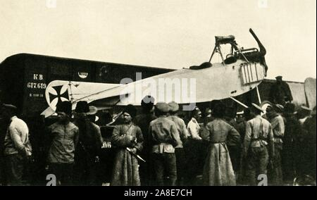 "Captured German plane, Russia, First World War, 1914-1918, (c1920). 'Brought down behind the Russian Lines: captured German Albatross machine being dispatched by rail to a repair-shop'. Russian soldiers with an Albatros D.III biplane fighter aircraft of the Imperial German Army Air Service (Luftstreitkräfte). From ""The Great World War: A History"", Volume V, edited by Frank A Mumby. [The Gresham Publishing Company Ltd, London, c1920] - Stock Photo"