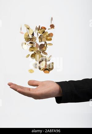 Mann wirft Geldmünzen in die Luft, fängt dise dann auf. Vermögensberater, Finanzjongleur, MR:Yes