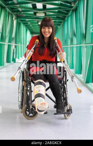 Junge Frau mit Gipsbein sitzt im Rollstuhl, 25, 30, Jahre, MR: Yes - Stock Photo