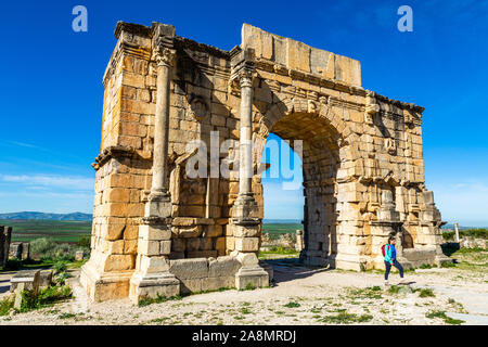 Volubilis, The Arch of Caracalla, Roman ruins close to the city of Meknes. Volubilis was excavated by the French 1912-1956 Morocco - Stock Photo