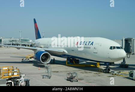 Flugzeug Delta, Flughafen Charles de Gaulle, Paris, Frankreich - Stock Photo