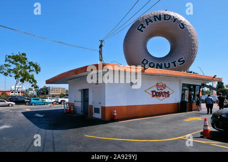 Legendary donut snack 'Randy 's Donut' in the district Inglewood, Los Angeles, California, USA - Stock Photo